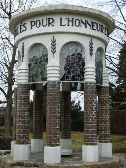 Муниципалитет Embourg. Памятник погибшим в обеих войнах.