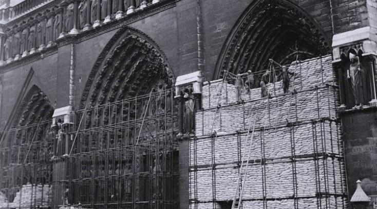 Собор парижской богоматери обложили мешками с песком. Май. 1940 г.