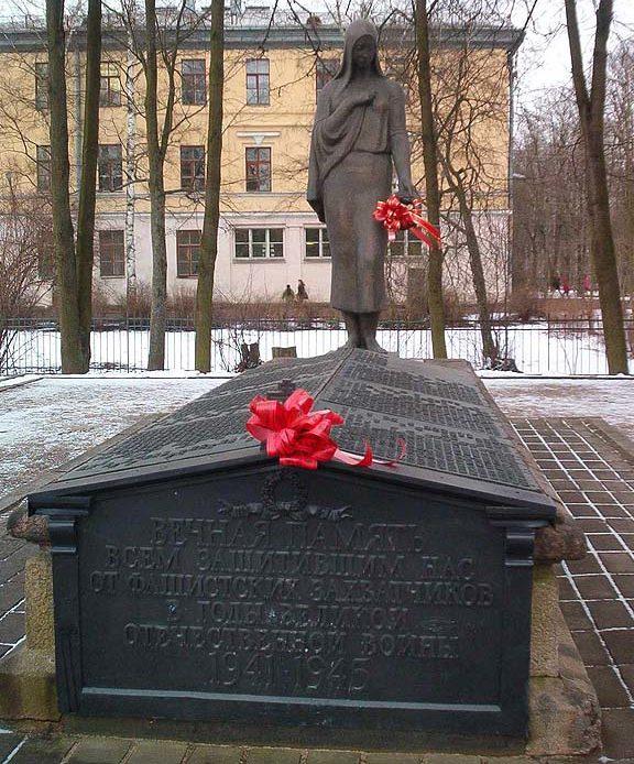 г. Павловск. Братская могила в сквере на углу улиц Детскосельской и Берёзовой, в которой захоронено 165 советских воинов, в т.ч. 6 неизвестных.