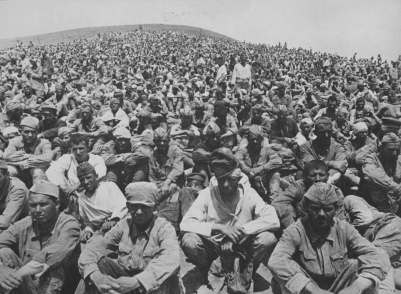 Пленные красноармейцы на сборном пункте под Севастополем. 1941 г.