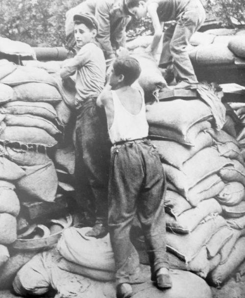 Одесские пацаны на строительстве баррикад. Август 1941 г.