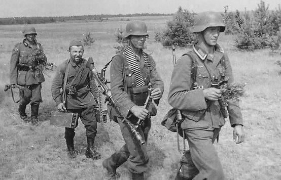 Хиви с патронными ящиками к пулемету. Первый месяц войны.