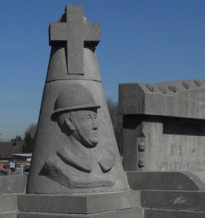 Муниципалитет Alleur. Памятник на кладбище погибшим воинам и жертвам обеих войн.