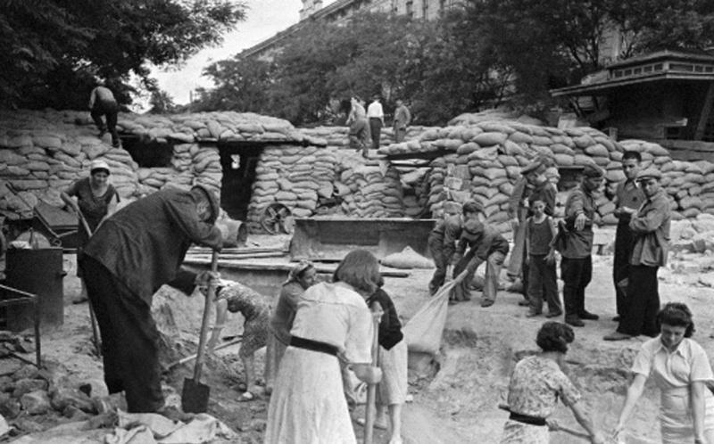 Строительство баррикад. Август 1941 г.
