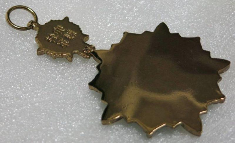Аверс и реверс знака ордена Цветущей орхидеи.