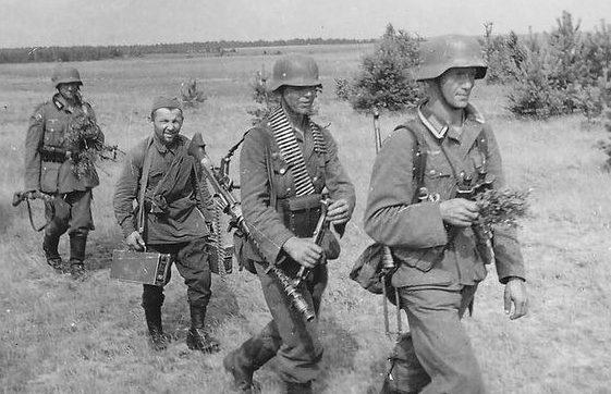 Хиви с патронными ящиками к пулемету. Лето 1941 г.