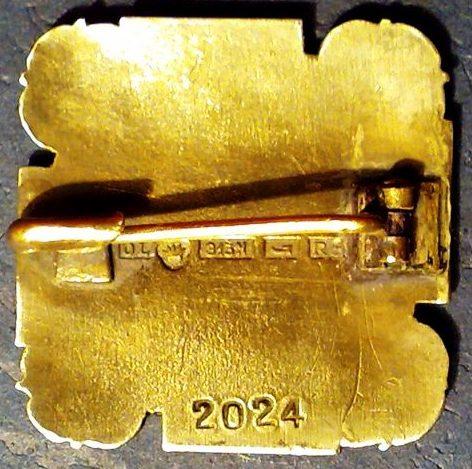 Аверс и реверс золотого членского знака женской военизированной организации «Lotta Svärd».