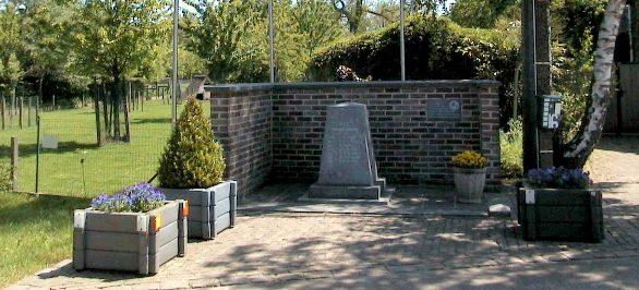 г. Антверпен (Antwerpen). Муниципалитет Westerlo. Памятник членам экипажа бомбардировщика Lancaster MKI DV309 BQ-S ВВС Великобритании, погибших 22 мая 1944 года.