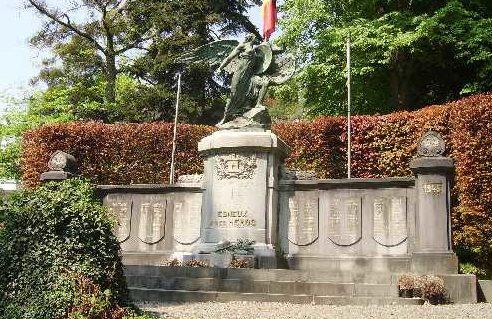 Муниципалитет Esneux. Памятник погибшим воинам и жертвам обеих войн. Скульптор - Оскар Берманс.