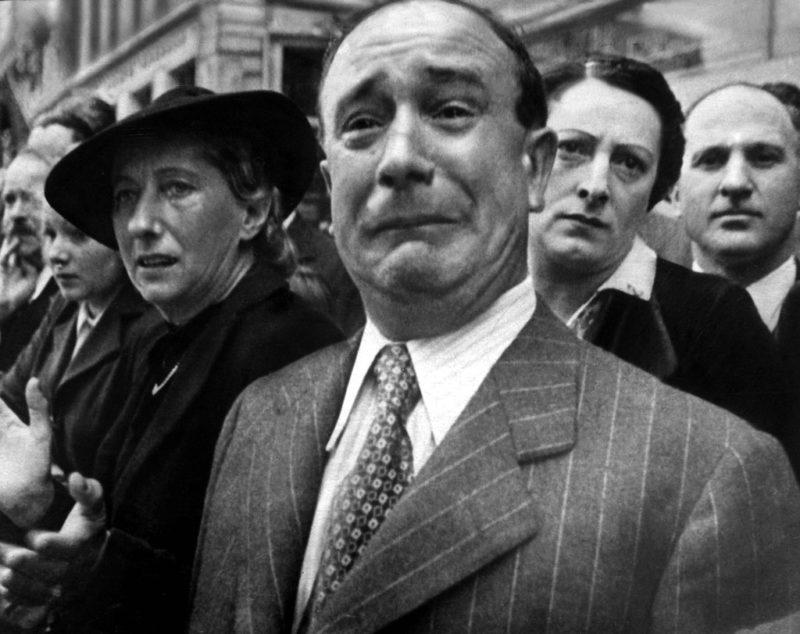 Парижане встречают немцев. Июнь 1940 г.
