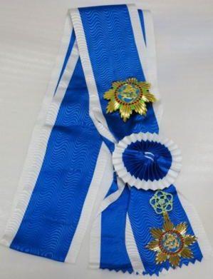Орден Прославленного Дракона на большой ленте со звездой ордена.