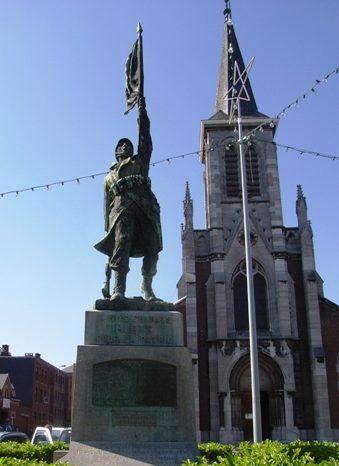 Муниципалитет Ampsin. Памятник у церкви погибших воинам в обеих войнах.