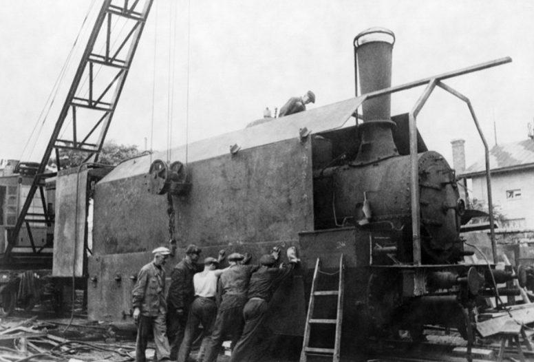 Строительство бронепоезда на заводе имени Январского восстания. Август 1941 г.