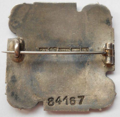 Аверс и реверс серебряного членского знака женской военизированной организации «Lotta Svärd».