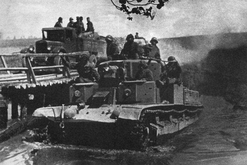 Танк Т-28 форсирует вброд речку у местечка Мир. Сентябрь 1939 г.