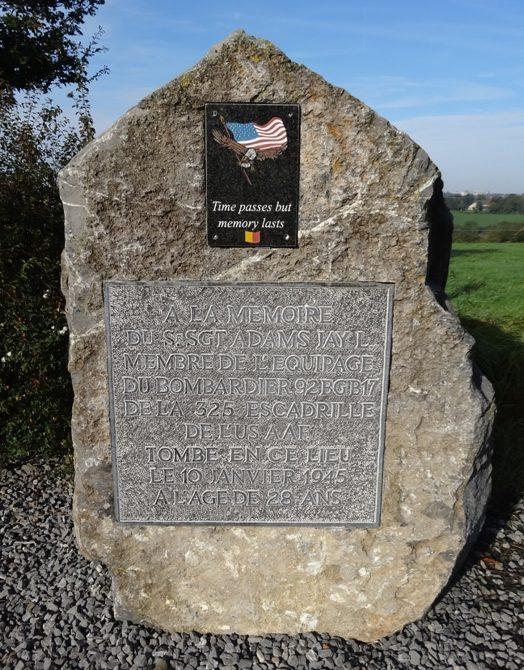 Коммуна Saint-hadelin. Памятник в честь сержанта Джей Л. Адамса, погибшего на бомбардировщике в январе 1945 г.