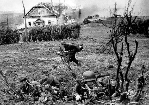 Хиви-подносчики боеприпасов в бою. Украина. Лето 1941.