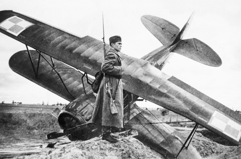Часовой у сбитого польского самолета PWS-26 в районе Ровно. Сентябрь 1939 г.