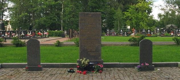 Обелиски на братской могиле моряков эсминца «Славный».
