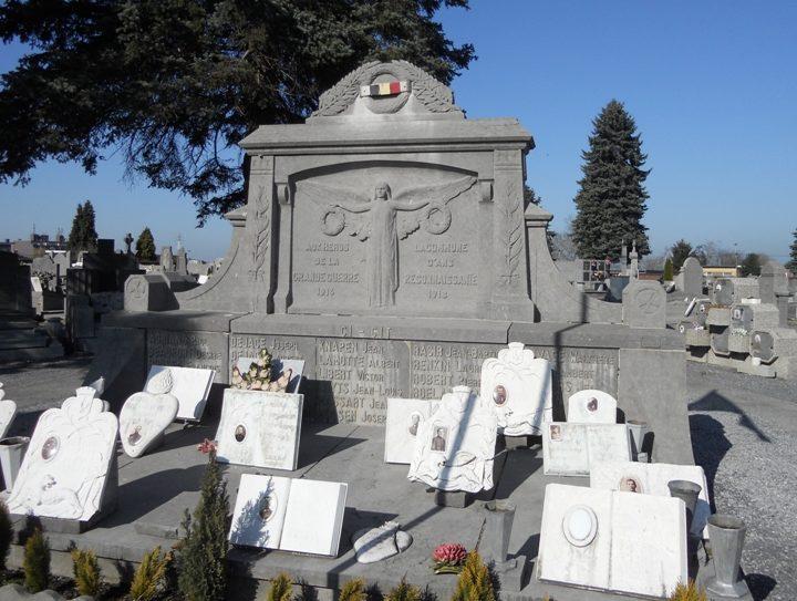 Муниципалитет Alc. Военный мемориал двух войн на общинном кладбище.