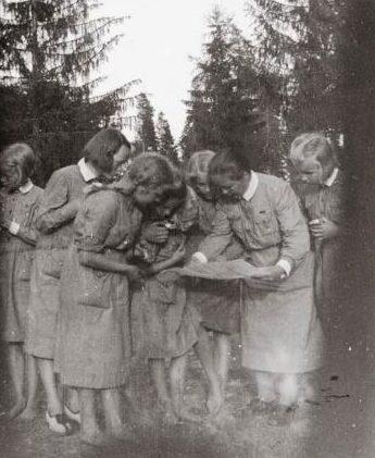 Занятие «младшей Лотты» по ориентированию. 1936 г.