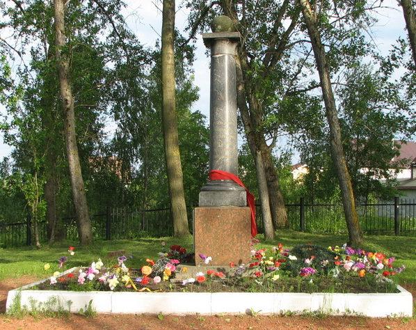 п. Понтонный Колпинского р-на. Памятник по улице Судостроителей установлен на братской могиле, в которой похоронено 694 советских воинов.