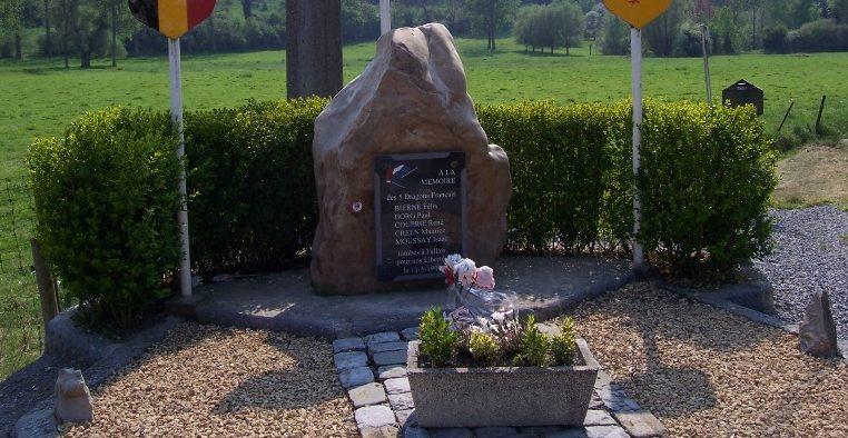 Муниципалитет Fallais. Памятник памяти пяти французским солдатам, погибшим в мае 1940 г.