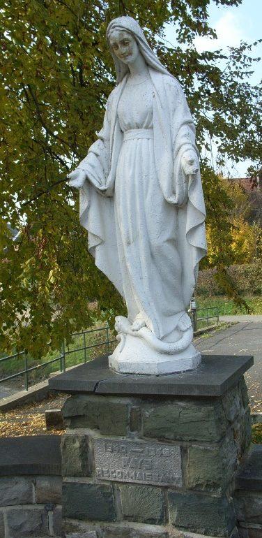 Муниципалитет Fays. Статуя Cкорби за погибшими во Второй мировой войне.