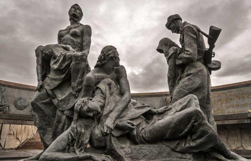Скульптурная группа «Блокада».