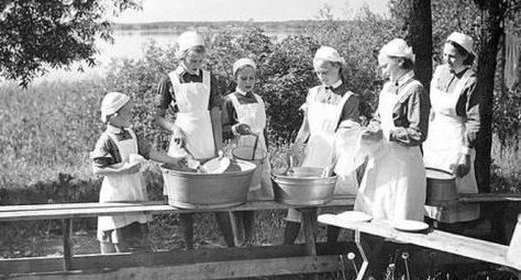 Мытье посуды в лагере «младшей Лотты». 1936 г.