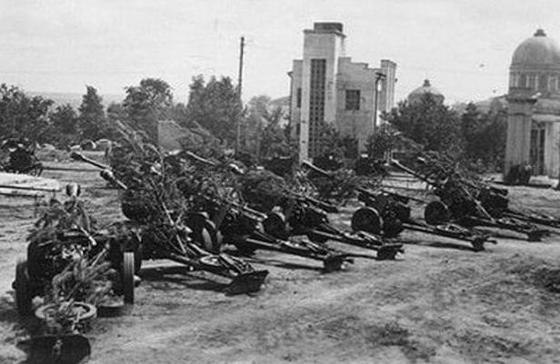 Орудия на Красной площади города. Март 1942 г.