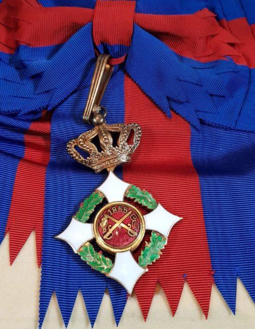 Знак Большого креста Савойского военного ордена на перевязи.