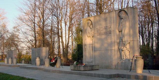 Мемориал на кладбище. Авторы проекта – В. Г. Стамов и О. Б. Голынкин.