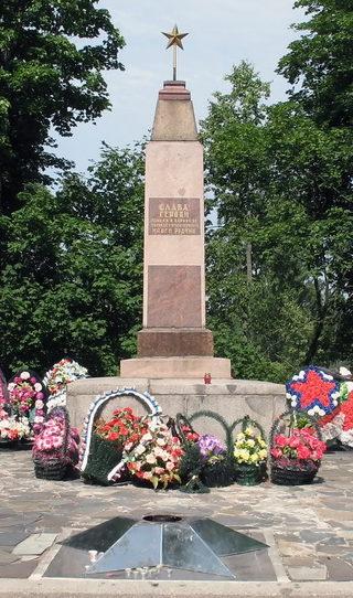 п. Рощино. Обелиск по улице Советской, 12 был установлен в 2010 году на братской могиле, в которой похоронено 247 советских воинов.