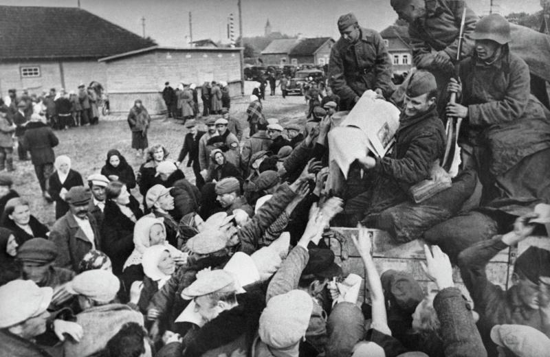 Красноармейцы раздают газету «Правда» в городе Молодечно. Сентябрь 1939 г.