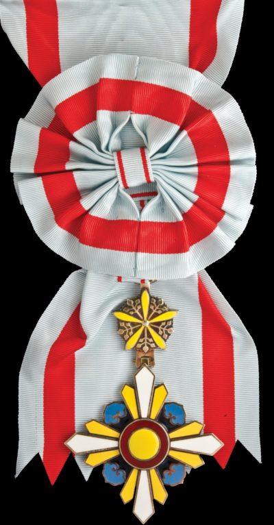 Орден Благоприятных Облаков 1-го класса на большой ленте с розеткой.