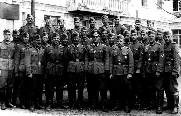 Немцы в городе. Улица Золотая, 12. Весна 1942 г.