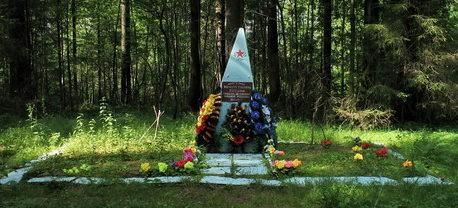 п. Рощино. Памятник в лесном массиве юго-западнее оз. Мал. Ладога, установленный на братской могиле, в которой похоронены советские воины, погибшие в годы войны.