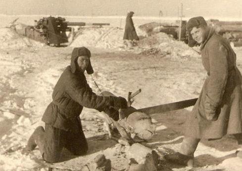 Хиви на артиллерийской позиции. Зима 1941 г.