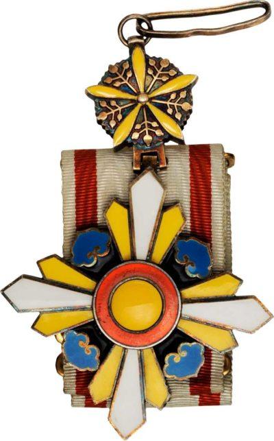 Знак Ордена Благоприятных Облаков 2-го класса с узкой лентой.