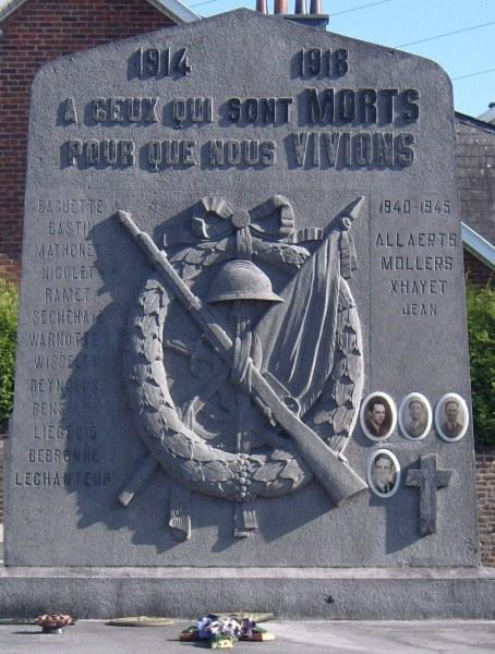 Муниципалитет Pettit-rechain. Памятник на коммунальном кладбище погибшим воинам обеих войн.
