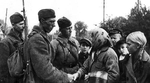 Красноармейцы в белорусской деревне. Сентябрь 1939 г.