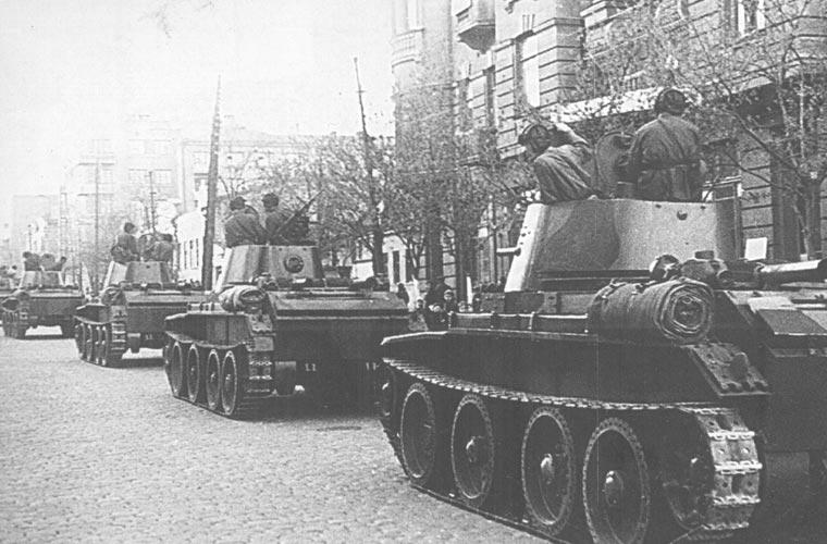 Танки БТ-7 советской 24-й легкотаноковой бригады входят в город. 18 сентября 1939 г.