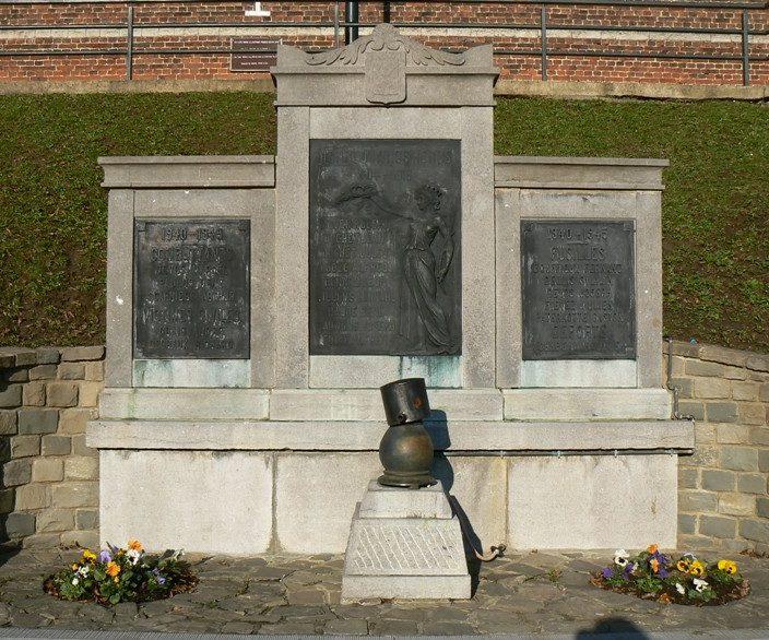 Совет Bousval. Военный мемориал жертвам обеих мировых войн.