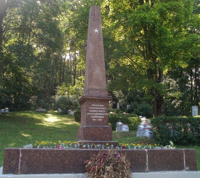 Центральный обелиск кладбища.