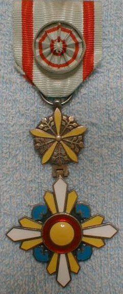 Аверс и реверс ордена Благоприятных Облаков 4-го класса на колодке с розеткой.