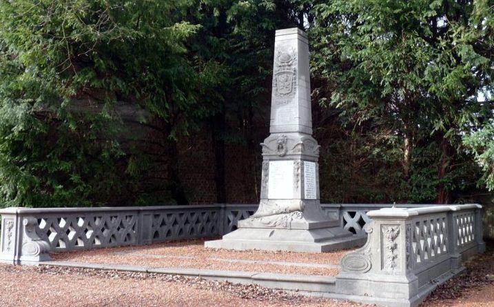 Совет Kasteelbrakel. Военный мемориал воинам, погибшим в обеих мировых войнах.