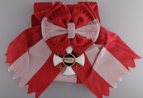 Знак Кавалера Большого креста ордена Короны Италии на перевязи.