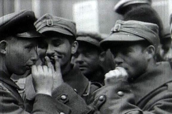 Советские и польские солдаты на улице города. Сентябрь 1939 г.