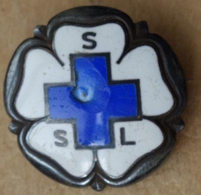 Аверс и реверс знака медика организации «Lotta Svärd».